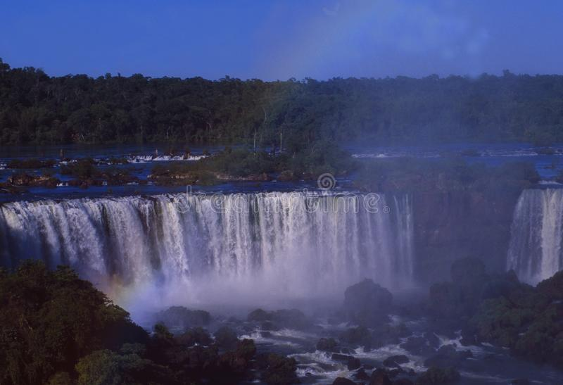Бразилия: Гигантские водопады Iguacu имеют 2 каскада 60 и 80 метров и 2 7 km широкий стоковое изображение