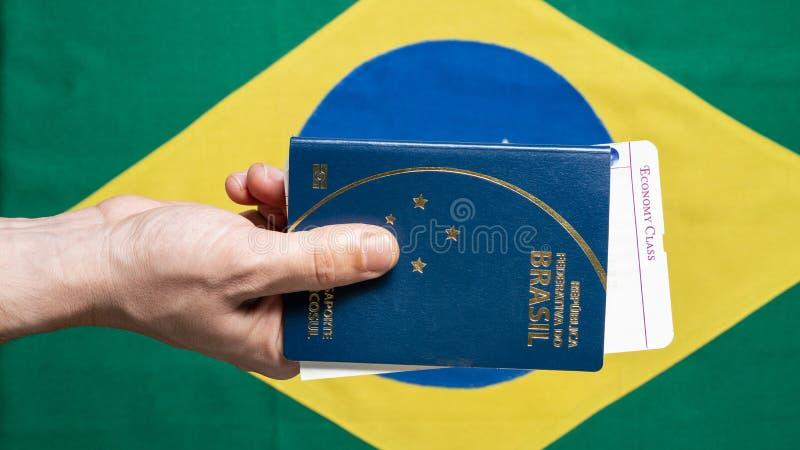 Бразильский пасспорт на бразильской предпосылке флага стоковая фотография