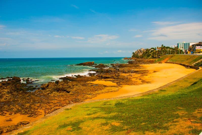 Бразильский пляж с желтым песком и голубое море в солнечной погоде r Сальвадор Южная Америка стоковое фото