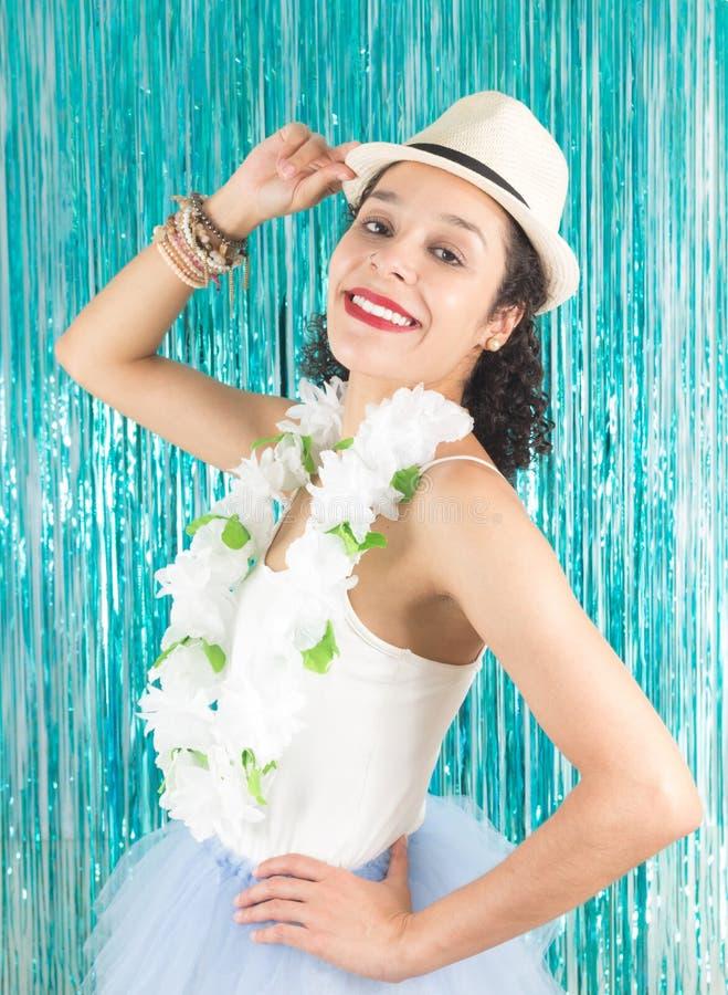 Бразильянин профиля с широкой улыбкой Красивая женщина в шляпе, стоковое фото rf