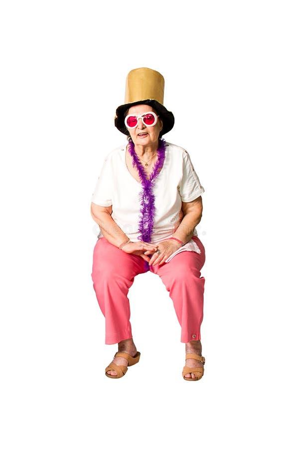 Бразильская старшая женщина готовая для партии стоковое фото