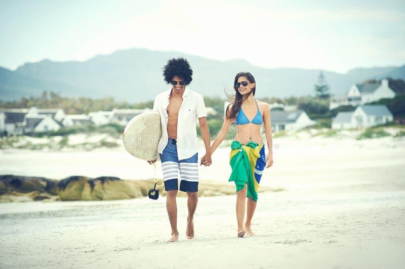 Download Бразильские пары пляжа стоковое изображение. изображение насчитывающей пригонка - 40579845