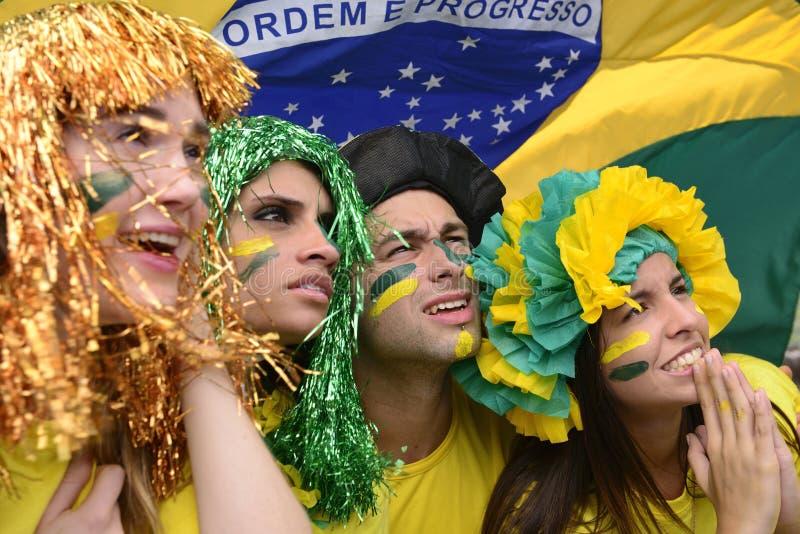 Бразильские поклонники футбола связанные с представлением бразильской национальной команды стоковые фотографии rf