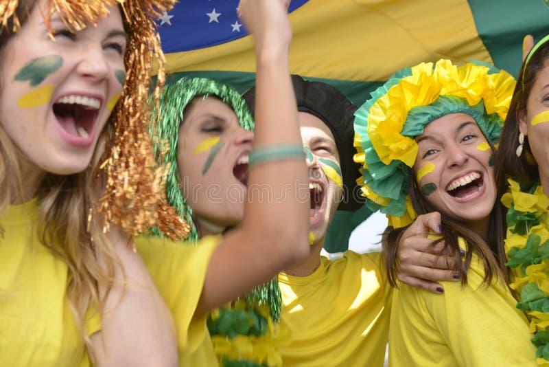Бразильские поклонники футбола чествуя победу стоковые изображения rf