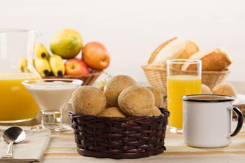 Бразильские плюшки сыра Поставьте кафе на обсуждение в утре с хлебом сыра стоковое изображение rf