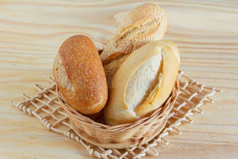 Бразильский французский хлеб объединенный, мини багет, с сезамом в w стоковая фотография rf