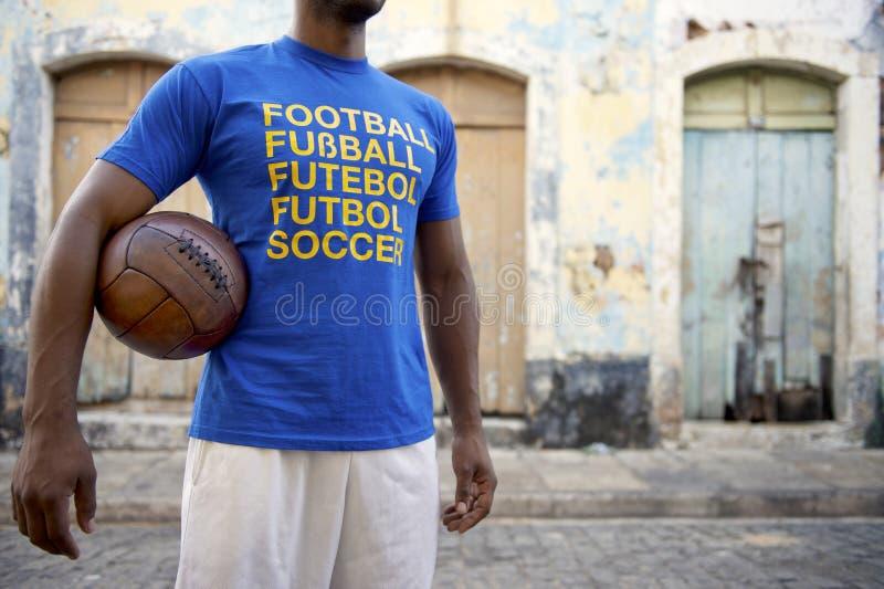 Бразильский футболист с международными рубашкой и шариком футбола стоковое фото