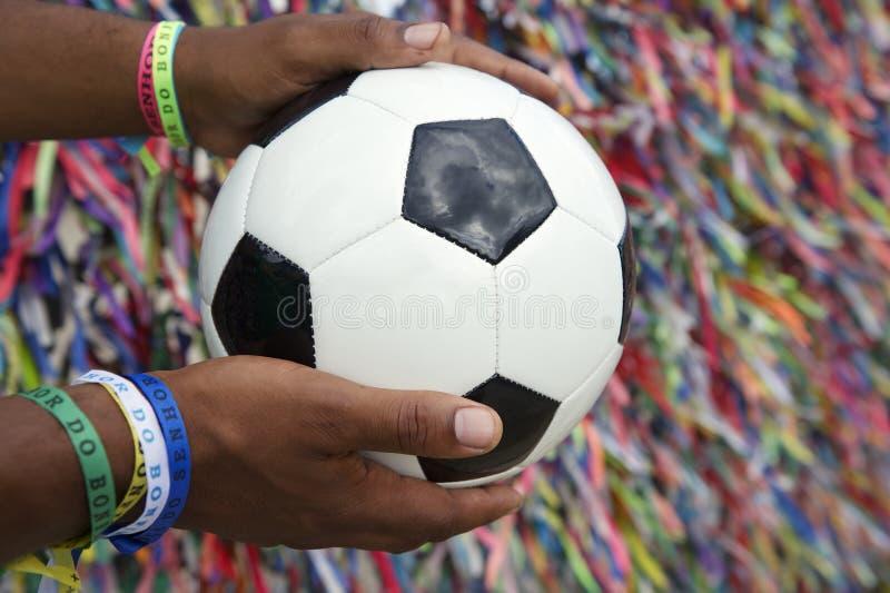 Бразильский человек держа футбольный мяч моля Сальвадор Бахю стоковые фотографии rf