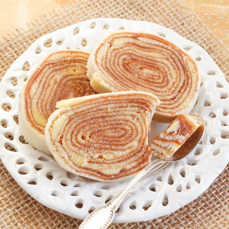 Бразильский Bolo de rolo десерта (швейцарский крен, торт крена) на белизне стоковое фото