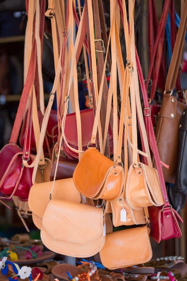 Брайн и красные сумки в местном магазине стоковое фото rf