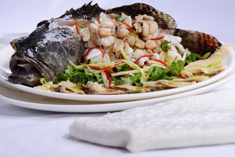 Брайн-мраморизованный морской окунь на блюде стоковое фото rf