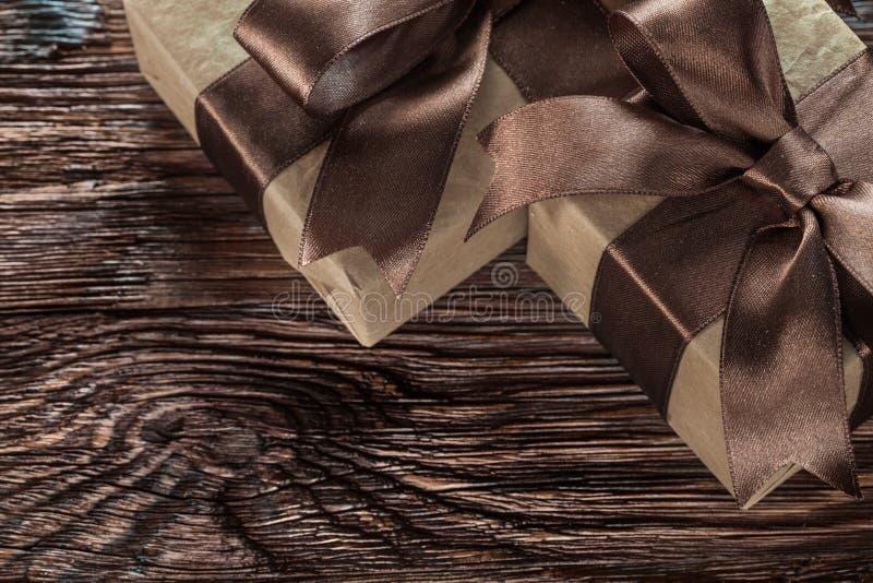 Брайн представляет коробки на винтажном взгляд сверху деревянной доски стоковая фотография rf