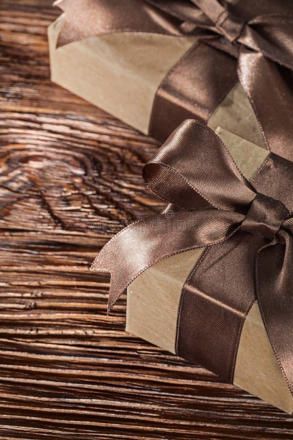 Брайн представляет коробки с связанным смычком на винтажной деревянной доске стоковые изображения rf