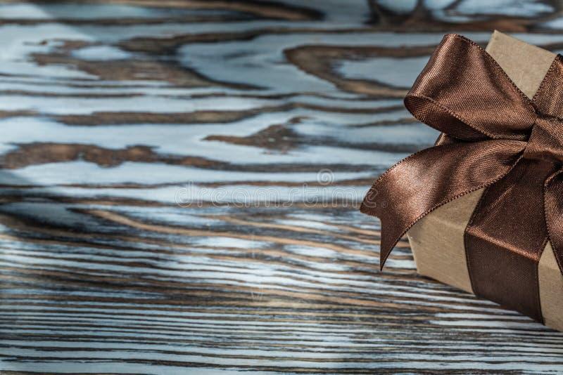 Брайн представляет коробку с связанной лентой на деревянной предпосылке стоковые изображения