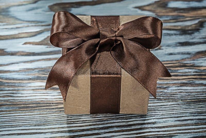 Брайн представляет коробку с связанным смычком на деревянной предпосылке стоковое фото rf