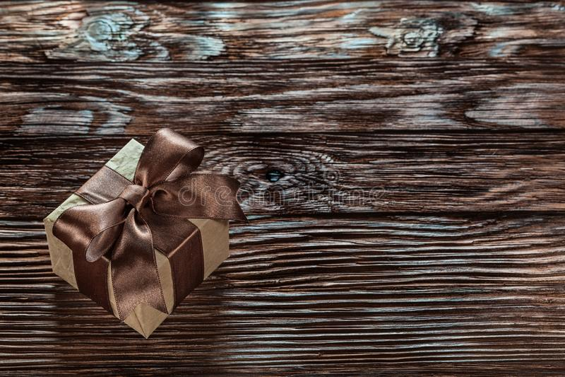Брайн упаковал подарочную коробку на винтажной деревянной доске стоковое изображение rf