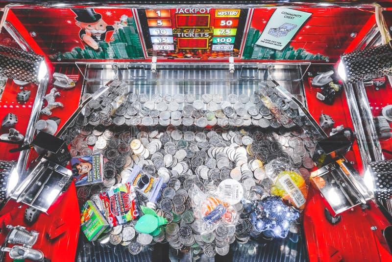 Брайтон, Англия 24-ое октября 2018: Великобританская монетка нажимая игровой автомат слота на казино пристани Брайтона видеоигры  стоковые изображения rf