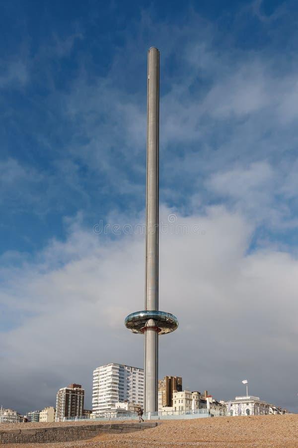 БРАЙТОН, ВОСТОЧНОЕ SUSSEX/UK - 3-ЬЕ ЯНВАРЯ: Взгляд i360 в Брайтоне восточном Сассекс 3-его января 2019 3 неопознанных люд стоковое фото rf