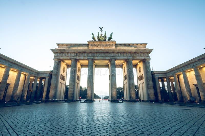 Бранденбургские ворота без людей голубое небо стоковая фотография