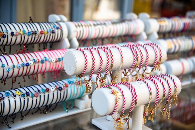 Браслеты моды для продажи на уличном торговце стоковое фото rf