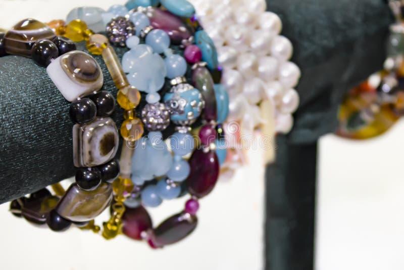 Браслеты ` s женщин от самоцветных камней Витрина в магазине стоковая фотография