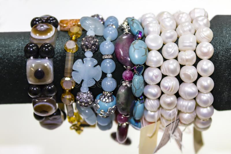 Браслеты ` s женщин от самоцветных камней Витрина в магазине стоковые фото