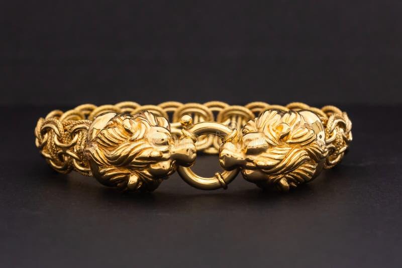 Браслет золота с фермуаром льва стоковое изображение rf