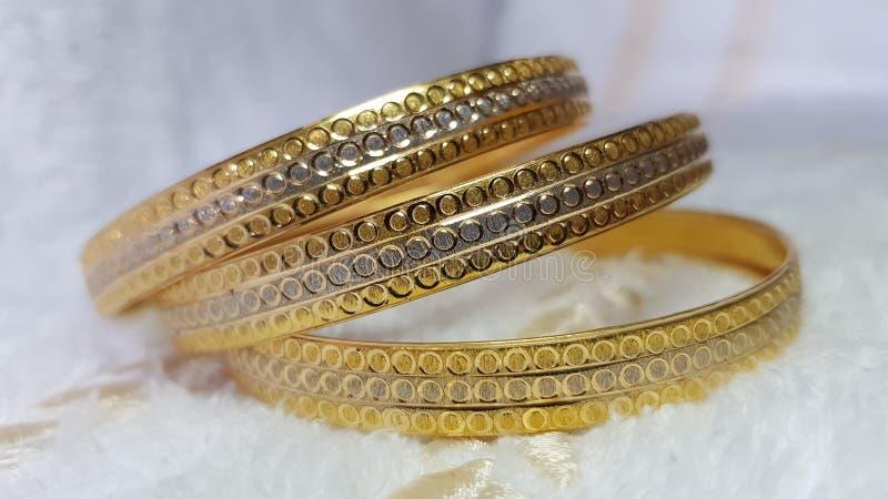 браслет золотистый стоковые изображения rf