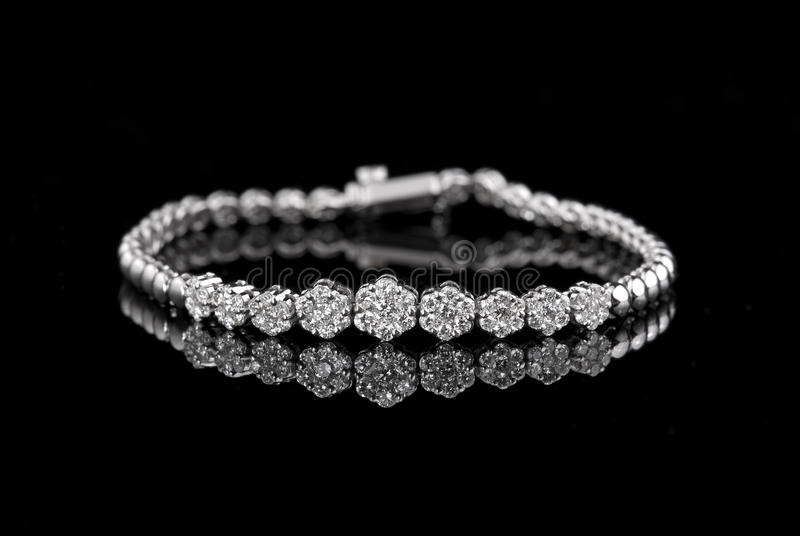 Браслет диаманта ювелирных изделий на черной предпосылке стоковое фото rf
