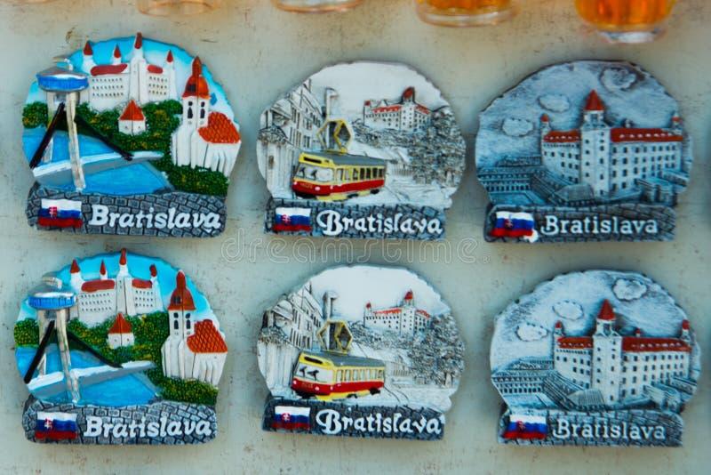БРАТИСЛАВА, СЛОВАКИЯ: Магниты сувенира от Братиславы Продукты подарков для туристов в рынке стоковые фотографии rf