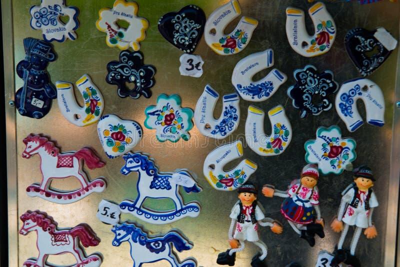 БРАТИСЛАВА, СЛОВАКИЯ: Магниты сувенира от Братиславы Продукты подарков для туристов в рынке стоковая фотография