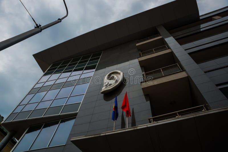 Братислава, Словакия: Памятник уха на современном здании Эта скульптура сделана в честь актера, юмориста и певицы словаков стоковая фотография