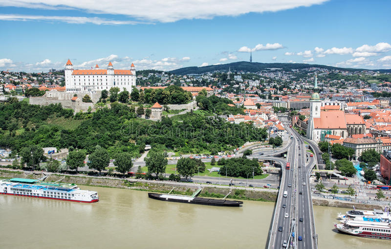 Братислава - столица Словакии с красивым замком стоковая фотография