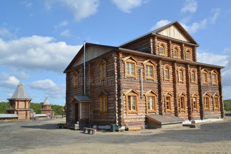 Братский случай в территории монастыря священных и Troitsk Trifonov-Pechengsky человека стоковое фото rf
