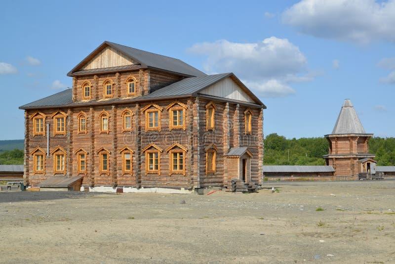 Братский случай и сторожевая башня монастыря священных и Troitsk Trifonov-Pechengsky человека стоковые изображения