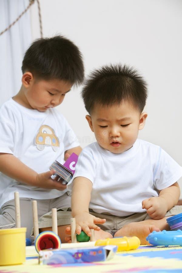 братья играя совместно стоковые фотографии rf