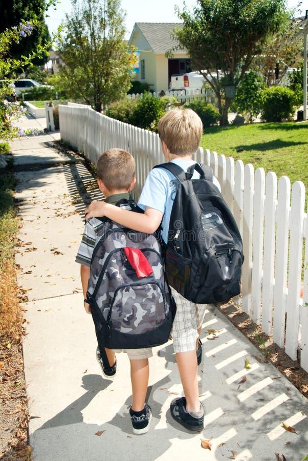 братья самонаводят гулять школы стоковое изображение rf