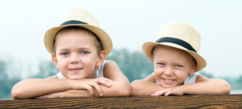 2 брать отдыхают в озере и идут на пристань стоковые фото