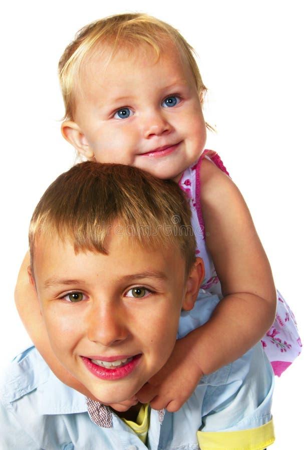 брат ее обнимая маленькая сестра стоковые изображения rf