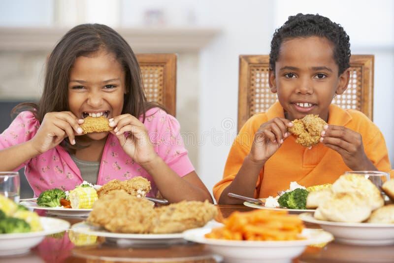брат имея домашнюю сестру обеда стоковая фотография rf