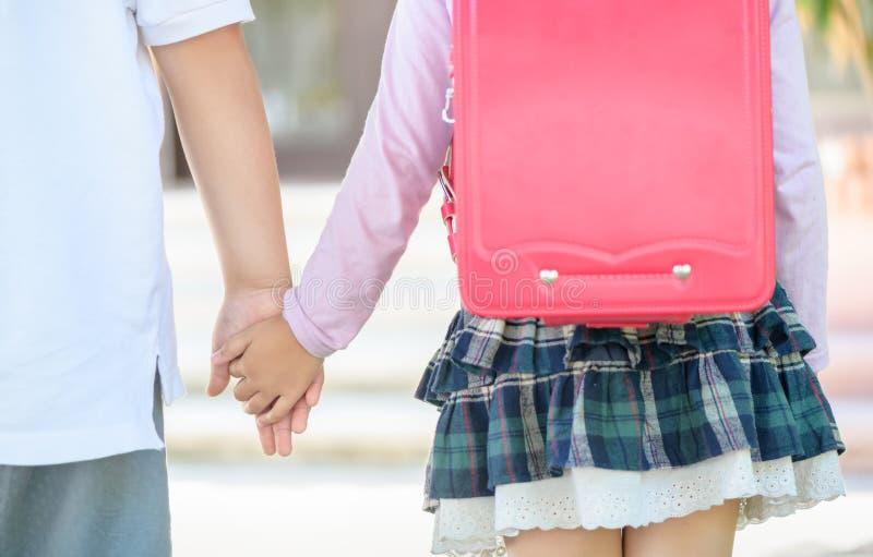 Брат и сестра держа руку совместно стоковое фото