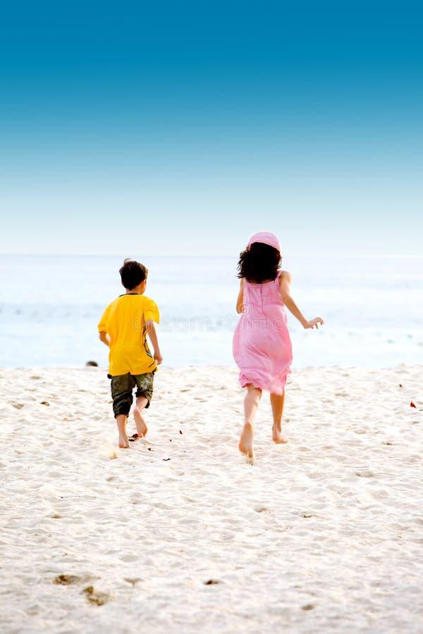 брат пляжа песочная сестра стоковое фото