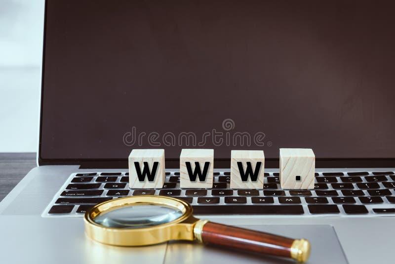 Браузер WWW с деревянными кубом и лупой на клавиатуре ноутбука, связи технологии и концепции сети вебсайта стоковое изображение rf