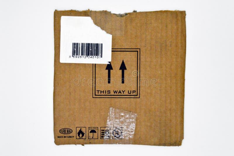 Браун и бежевый покрашенный рифленый картон, предупредительные знаки, штрихкод стоковые фотографии rf