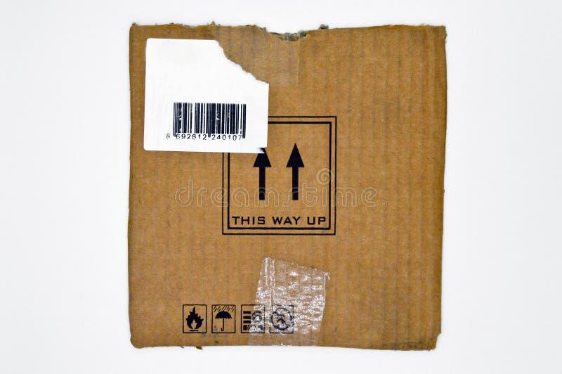 Браун и бежевый покрашенный рифленый картон, предупредительные знаки, штрихкод стоковые изображения rf