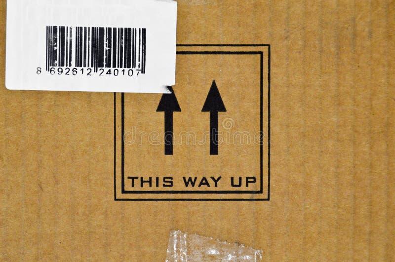Браун и бежевый покрашенный рифленый картон, предупредительные знаки, штрихкод стоковое фото