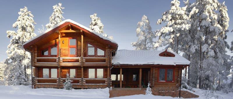 Бревенчатая хижина с большими окнами, балконом и крылечком, современным домом стоковые изображения