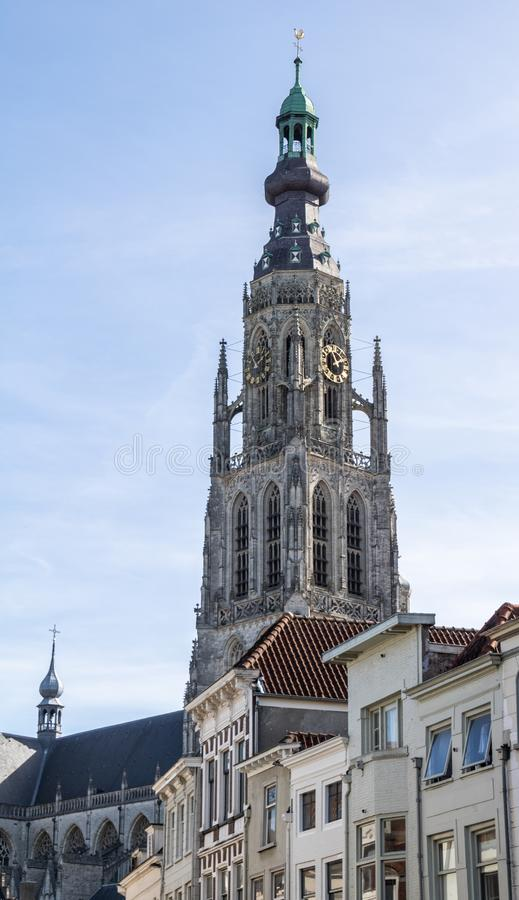 Бреда, Нидерланд - 29-ое сентября 2018: Kerk De grote расположенное в центре Бреды солнечный свет яркого солнца сразу стоковая фотография rf