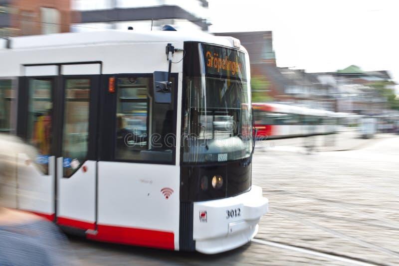 Бремен, Германия - 10-ое июля 2018 - первый автомобиль трамвая проходя нерезкостью движения, долгой выдержкой стоковые изображения rf