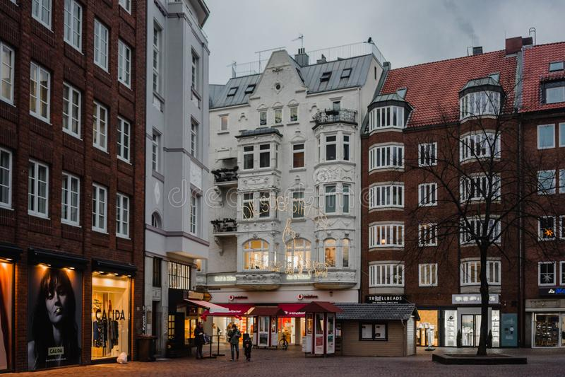 Бремен, Германия, январь 2019 - красочные дома с украшением рождества и света в историческом Schnoorviertel стоковое фото rf